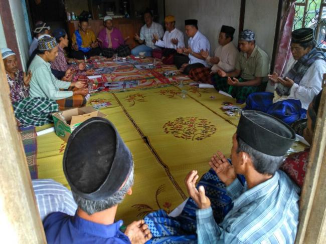 Masyarakat pekon Argomulyo saat mendoakan kemenangan pasangan PM-MH. Dihadapan Cawabub nomor urut satu, masyarakat menepis isu tidak adanya pembangunan di wilayah tersebut