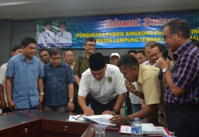 Bupati Lampung Tengah Mustafa menandatangani nota kesepakatan kenaikan harga singkong.