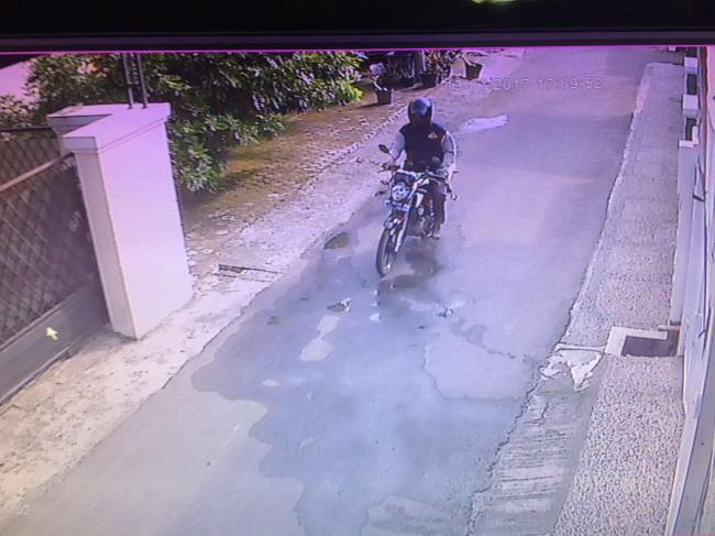 foto pelaku yang sempat terekam cctv di rumah salah satu warga