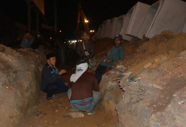 Bupati Lampung Tengah Mustafa saat meninjau pengerjaan proyek drainase Pasar Bandarjaya, Selasa malam, 21/9/2016.